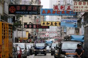 香港名物の道にせり出した看板。台風で落下するので最近は減った。の写真素材 [FYI03458649]