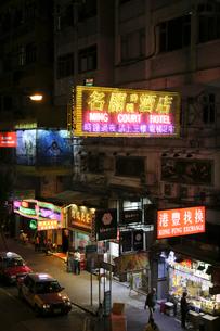 香港名物の道にせり出した看板やネオン。台風で落下するので最近は減った。の写真素材 [FYI03458658]