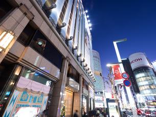 夕暮れの銀座中央通りの写真素材 [FYI03458663]