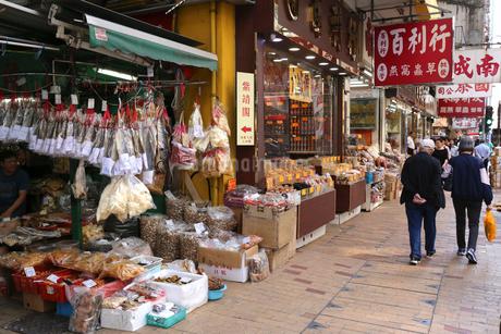 西營盤にある徳輔道西(デ・ヴォー・ロード・ウェスト)の乾物店で売られるハムユイと呼ばれる塩干し魚(手前)などの写真素材 [FYI03458677]