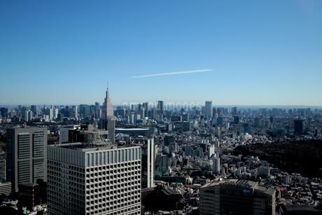 新宿 東京の街並み 晴天に飛行機雲の写真素材 [FYI03458762]