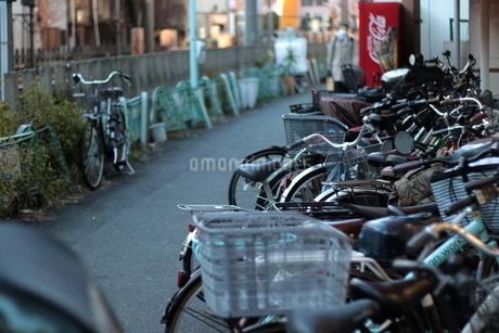 線路沿い 駐輪場と違法駐輪の写真素材 [FYI03458766]