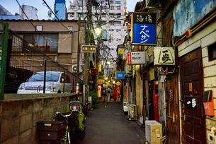 新宿ゴールデン街の路地の写真素材 [FYI03458783]