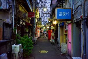 新宿ゴールデン街の路地の写真素材 [FYI03458784]