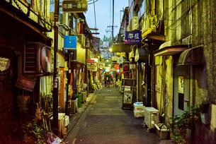 新宿ゴールデン街の路地の写真素材 [FYI03458785]