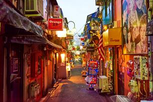 新宿ゴールデン街の路地の写真素材 [FYI03458786]