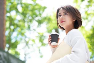 コーヒーとファイルを持っている女性の写真素材 [FYI03458868]