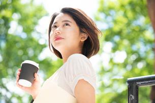 コーヒーとファイルを持っている女性の写真素材 [FYI03458873]