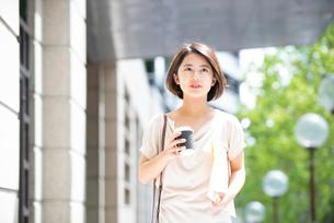 コーヒーとファイルを持っている女性の写真素材 [FYI03458874]