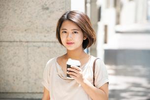 コーヒーを持っている女性の写真素材 [FYI03458882]