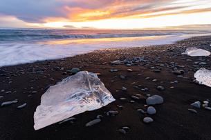 アイスランドの夕暮れとジュエリーアイスの写真素材 [FYI03458891]