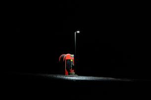 真夜中のバス停の写真素材 [FYI03458907]