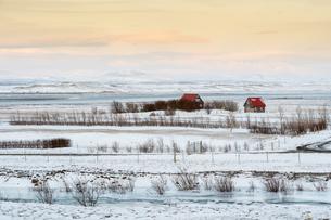 雪に覆われたアイスランドの農村の写真素材 [FYI03458933]