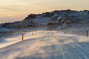 地吹雪と道の写真素材 [FYI03458950]