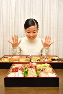 おせち料理を食べる女の子(正月)の写真素材 [FYI03459036]