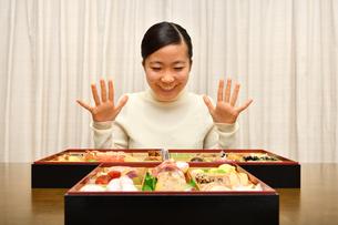 おせち料理を食べる女の子(正月)の写真素材 [FYI03459037]