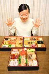 おせち料理を食べる女の子(正月)の写真素材 [FYI03459038]