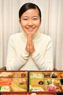 おせち料理を食べる女の子(正月)の写真素材 [FYI03459039]