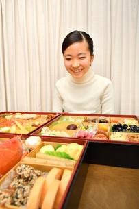 おせち料理を食べる女の子(正月)の写真素材 [FYI03459041]
