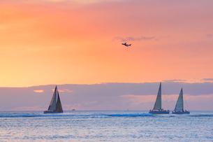 飛行機とヨットの夕景の写真素材 [FYI03459154]