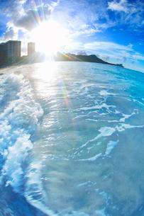 ワイキキビーチと波と朝日の写真素材 [FYI03459159]