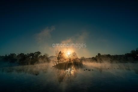浮島神社の朝日と毛嵐の写真素材 [FYI03459222]