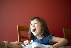大笑いしている女の子の写真素材 [FYI03459241]