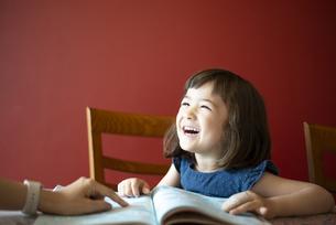 笑っている子供の写真素材 [FYI03459242]