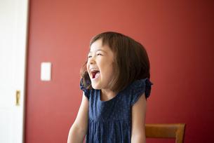 笑っている女の子の写真素材 [FYI03459244]