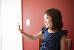 手を開いて笑っている女の子の写真素材 [FYI03459334]