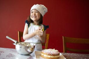 ケーキの前で笑っている女の子の写真素材 [FYI03459343]