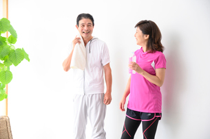 運動後に休憩する中高年夫婦の写真素材 [FYI03459364]