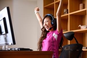 eスポーツする女性の写真素材 [FYI03459394]