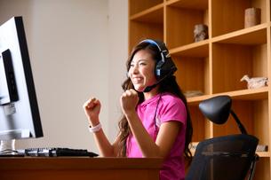 eスポーツする女性の写真素材 [FYI03459395]