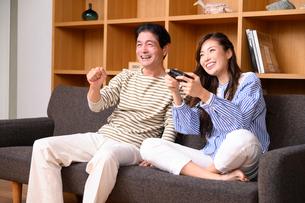 テレビゲームをする父と娘の写真素材 [FYI03459400]