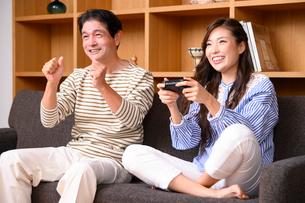テレビゲームをする父と娘の写真素材 [FYI03459402]