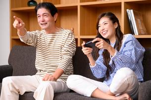 テレビゲームをする父と娘の写真素材 [FYI03459403]