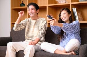 テレビゲームをする父と娘の写真素材 [FYI03459404]
