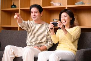 テレビゲームをする中高年夫婦の写真素材 [FYI03459406]