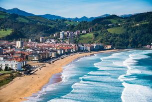 バスク地方:サラウツ村とビーチの写真素材 [FYI03459534]