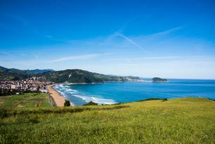 バスク地方:サラウツ町とビスケー湾の写真素材 [FYI03459564]