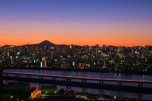 遥か彼方の富士山の写真素材 [FYI03459571]