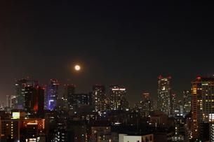 港区の高層ビルと満月の写真素材 [FYI03459603]
