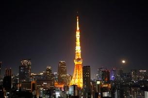 東京タワーの夜景と浮かぶ満月の写真素材 [FYI03459604]