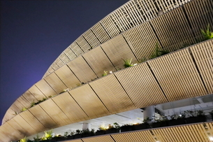 木をふんだんに使った美しいスタジアムの写真素材 [FYI03459606]