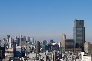 東京ミッドタウンの向こうみ見える新宿副都心の写真素材 [FYI03459652]