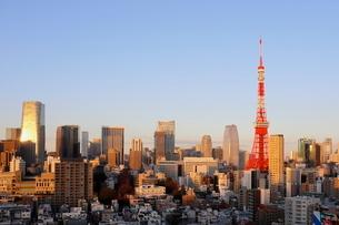 夕暮れどきの東京タワーと港区の高層ビル群の写真素材 [FYI03459673]