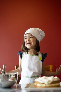 ケーキの前で笑っている女の子の写真素材 [FYI03459795]