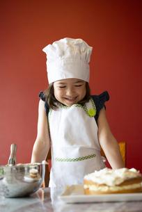 ケーキの前で笑っている女の子の写真素材 [FYI03459796]