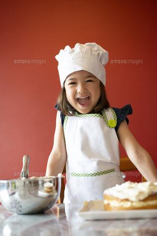 ケーキの前で笑っている女の子の写真素材 [FYI03459797]